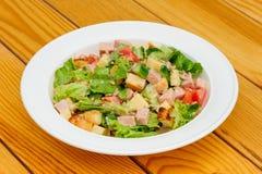 沙拉用乳酪、火腿和新鲜蔬菜 库存图片