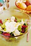 沙拉用在一块玻璃板的烟肉 图库摄影