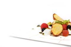 沙拉用夏南瓜,乳酪,黑橄榄,敬酒的面包 图库摄影