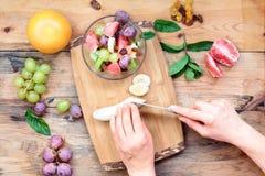 沙拉用新鲜的水果和蔬菜 库存照片