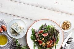 沙拉用无花果、芝麻菜、mizuna、核桃和青纹干酪 库存图片
