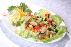 沙拉用海鲜和绿色 免版税库存照片