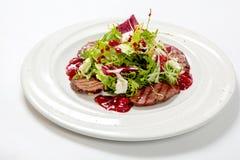 沙拉用烤小牛肉和新鲜的沙拉在一块白色板材离开 免版税图库摄影