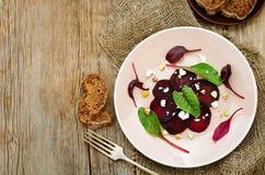 沙拉用烤甜菜、山羊乳干酪、甜菜和开心果 图库摄影