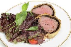 沙拉用牛肉惠灵顿 免版税库存照片