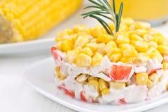 沙拉用玉米和螃蟹棍子。 免版税图库摄影