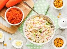 沙拉用玉米和螃蟹棍子 免版税库存照片