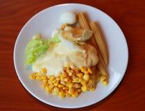 沙拉用玉米和鸡蛋,蛋黄酱 免版税库存图片