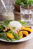 沙拉用甜菜、鸡豆、米和绿色 库存照片
