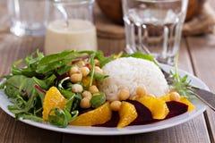 沙拉用甜菜、鸡豆、米和绿色 免版税库存照片
