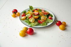 沙拉用红色和黄色蕃茄 免版税库存照片