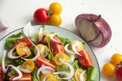 沙拉用红色和黄色蕃茄 免版税库存图片
