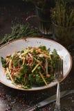 沙拉用肉和坚果 免版税库存图片