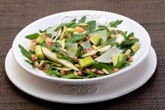 沙拉用芒果、鲕梨、芝麻菜和核桃 免版税图库摄影