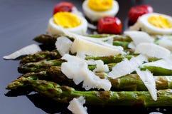 沙拉用芦笋和鸡蛋 免版税图库摄影