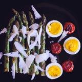 沙拉用芦笋和鸡蛋 免版税库存照片