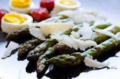 沙拉用芦笋和鸡蛋 免版税库存图片