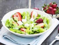 沙拉用草莓、绿色莴苣和乳酪 免版税库存照片