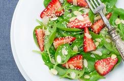 沙拉用菠菜和草莓 免版税库存图片