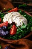 沙拉用蕃茄和无盐干酪乳酪 免版税库存图片