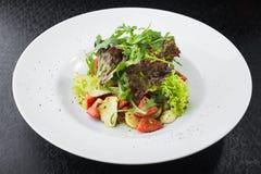 沙拉用蕃茄和无盐干酪 免版税图库摄影