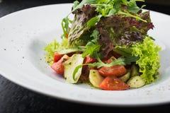 沙拉用蕃茄和无盐干酪 免版税库存图片