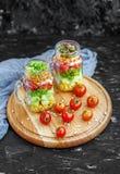 沙拉用蕃茄和玉米和黄瓜和莴苣 健康 免版税库存照片