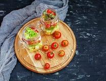 沙拉用蕃茄和玉米和黄瓜和莴苣 顶视图 库存照片
