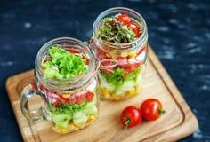 沙拉用蕃茄和黄瓜和玉米在一个玻璃瓶子 Healt 库存图片