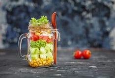 沙拉用蕃茄和黄瓜和玉米 健康食物,饮食, 库存图片