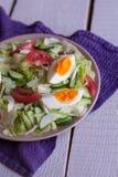 沙拉用蕃茄,鸡蛋,黄瓜 免版税图库摄影