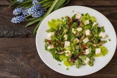 沙拉用蘑菇、烤蕃茄草本和希腊白软干酪 木背景 顶视图 免版税库存图片