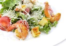 沙拉用虾和油煎方型小面包片 免版税库存照片