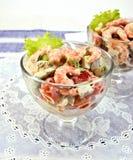 沙拉用虾和蕃茄在玻璃在白色餐巾 免版税图库摄影