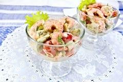 沙拉用虾和蕃茄在玻璃在餐巾硅树脂 库存照片