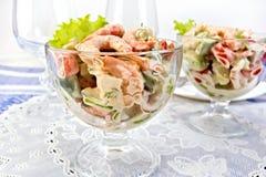 沙拉用虾和蕃茄在玻璃在餐巾 免版税库存照片