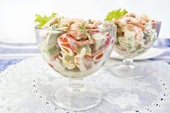 沙拉用虾和鲕梨在玻璃在白色餐巾 免版税图库摄影
