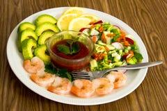 沙拉用虾和鲕梨 库存照片
