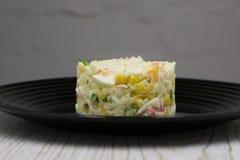 沙拉用螃蟹棍子、玉米和鸡蛋 免版税图库摄影