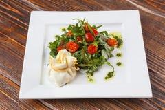 沙拉用西红柿和芝麻菜用乳酪请求 免版税库存图片