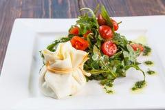沙拉用西红柿和芝麻菜用乳酪请求 库存照片