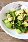 沙拉用鲕梨、菠菜和坚果 免版税库存照片