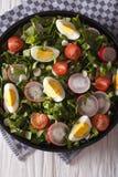 沙拉用鸡蛋、萝卜和栗色特写镜头 垂直的顶视图 免版税库存照片