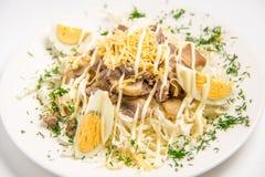 沙拉用鸡蛋、蘑菇和肉 免版税库存图片