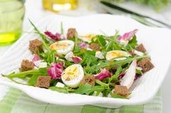 沙拉用鹌鹑蛋,希脂乳和芝麻菜,水平 免版税库存图片
