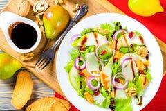 沙拉用莴苣,梨,烤了鸡胸脯,核桃,帕尔马干酪,蔓越桔 免版税库存照片