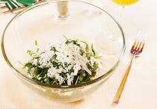 沙拉由新鲜的龙篙和绿色葡萄制成 库存图片
