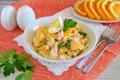 沙拉由桔子,蟹肉,鸡蛋,玉米制成服务用在一个白色碗的酸奶在布料背景 简单的食物 库存图片