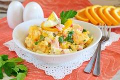 沙拉由桔子,蟹肉,鸡蛋,玉米制成服务用在一个白色碗的酸奶在布料背景 简单的食物 免版税图库摄影