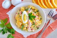 沙拉由桔子,蟹肉,鸡蛋,玉米制成服务用在一个白色碗的酸奶在布料背景 简单的食物 库存照片